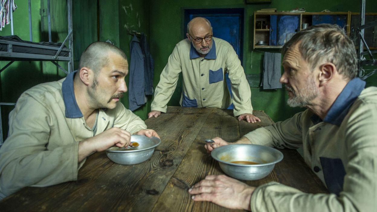 Rozmowy w celi nie są pozbawione humoru, nieco wisielczego (fot. Natasza Młudzik)