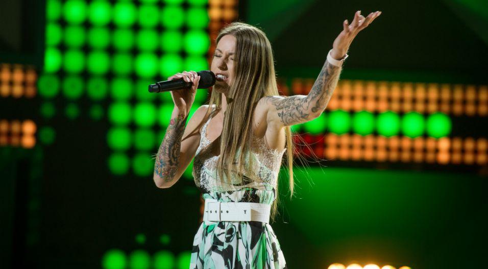 """Joanna Siwik również liczyła w losowaniu na konkretną piosenkę. – """"Ściernisko"""", wszyscy boją się tej piosenki, ja ją wezmę na barki! –  proroczo powiedziała wokalistka (fot. J. Bogacz/TVP)"""