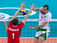 Piotr Nowakowski blokuje atak Viktora Yosifova (fot. PAP/Adam Ciereszko)