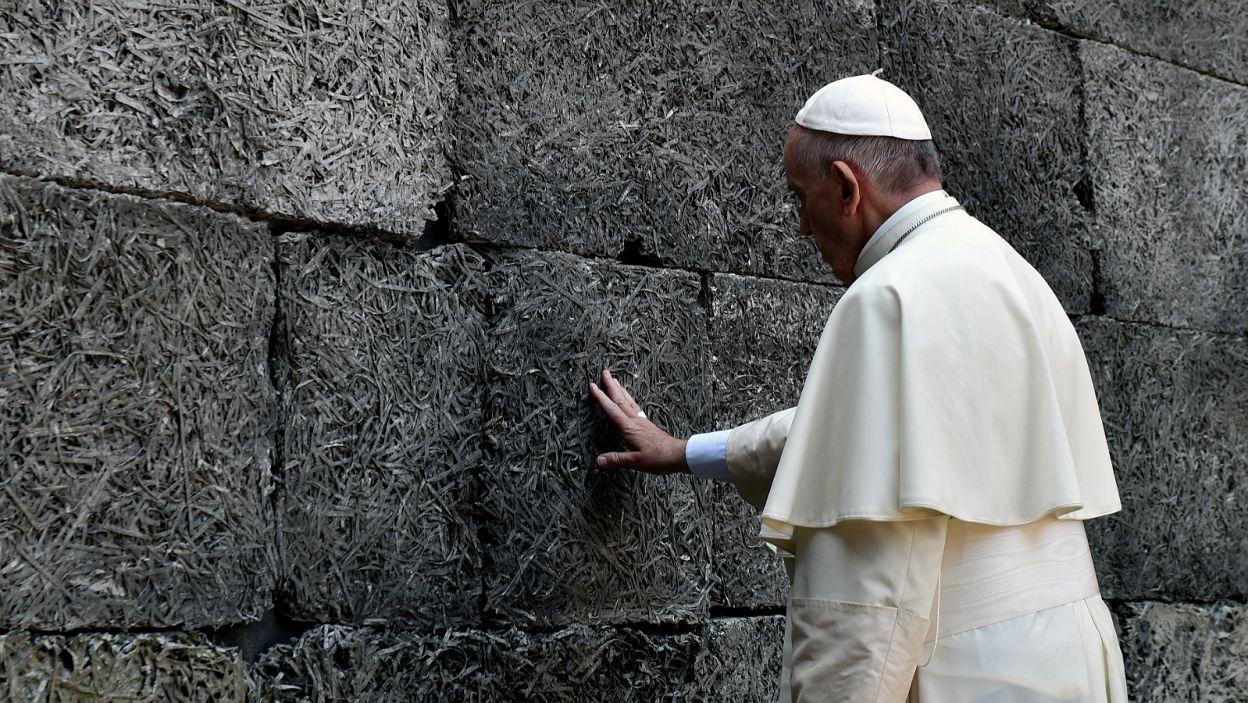 Przy Ścianie Śmierci Franciszek modlił się w ciszy (fot. PAP)