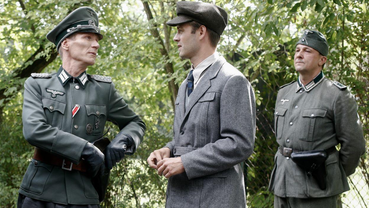 Leon to wybitny polski fizyk, pracuje dla Niemców. Jest nie tylko wybawcą Ewki, ale także znajomym Witka i studentem jego ojca. Podczas rozmowy z Wolfgangiem, spróbuje skłonić go do uwolnienia Szczęsnego z obozu (Fot. TVP)