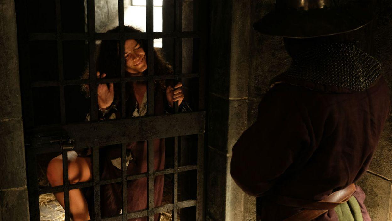 Więźniarka postanawia uciec. W tym celu zaczyna uwodzić strażnika (fot. TVP)