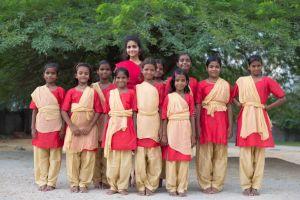 z-indii-przyjada-min-dziewczeta-prezentujace-bharatanatyam-starozytny-taniec-hinduski