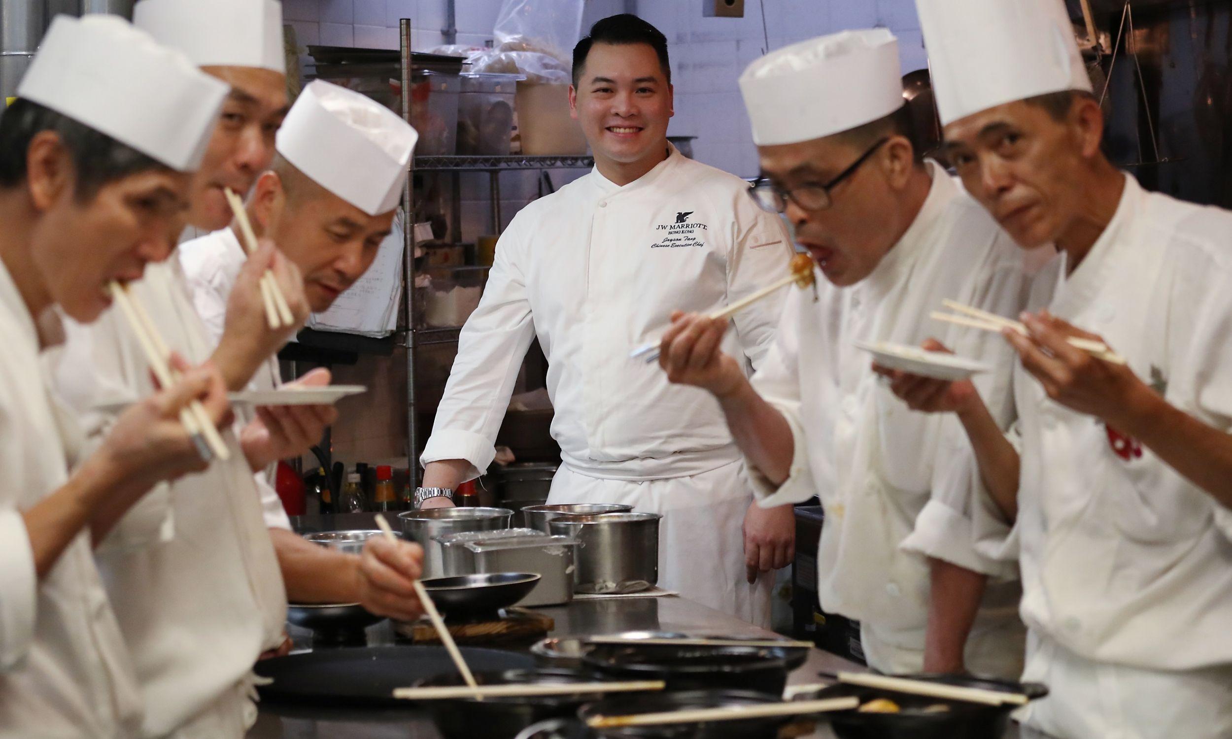 Jayson Tang, chiński szef kuchni restauracji w Admiralicji, w hotelu JW Marriott w Hongkongu, demonstruje potrawy innym szefom kuchni, 2016 rok. Fot. Nora Tam / South China Morning Post via Getty Images
