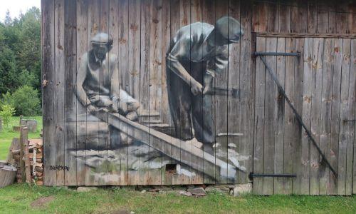 Rozpucie – dawniej Rospucze, w latach 1977–1981 Tkaczowa – wieś na Podkarpaciu położona w powiecie sanockim, w gminie Tyrawa Wołoska. Artystę zaprosił tu wnuczek tych oto dwóch dziadków, którzy pracowali przy ociosywaniu drewnianych bali. Fot. Arkadiusz Andrejkow