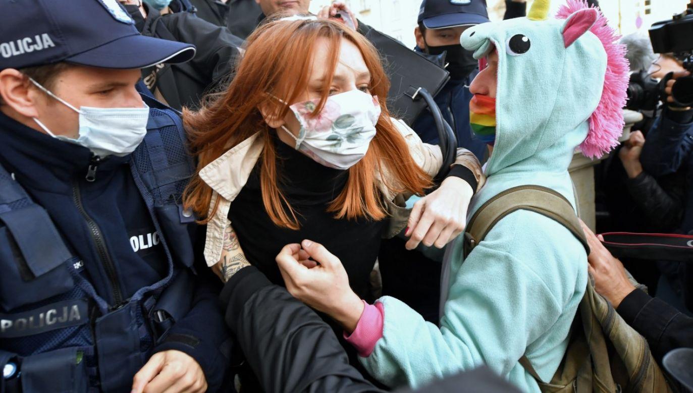 Policja interweniuje podczas protestu przeciwko zaostrzeniu prawa aborcyjnego przed kościołem Świętego Krzyża w Warszawie(fot. PAP/Piotr Nowak)