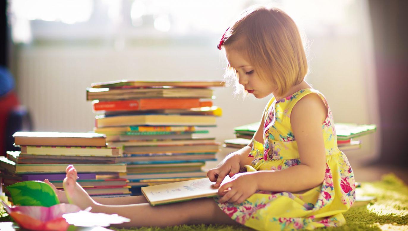 Z badania wynika, że znaczny odsetek badanych wydaje pieniądze na edukację swoich dzieci (fot. Shutterstock/Tatiana Bobkova)