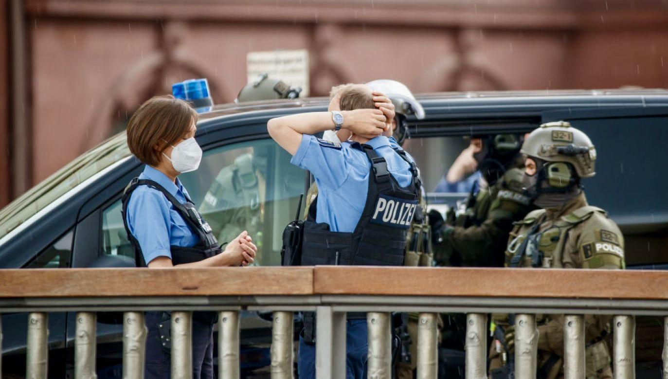 Miejsce zdarzenia jest nadal otoczone kordonem, jest wiele jednostek policji (fot. Poshine/GC Images, zdjęcie ilustracyjne)