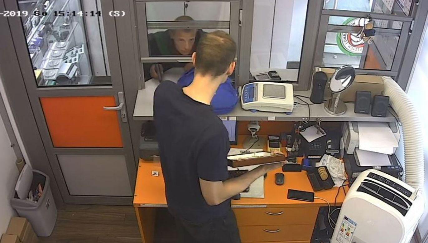Moment napadu na lombard (fot. policja.waw.pl)