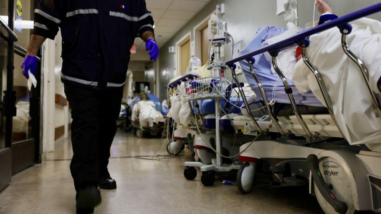Po COVID trzeba poczekać z zabiegami i operacjami (fot. Mario Tama/Getty Images)