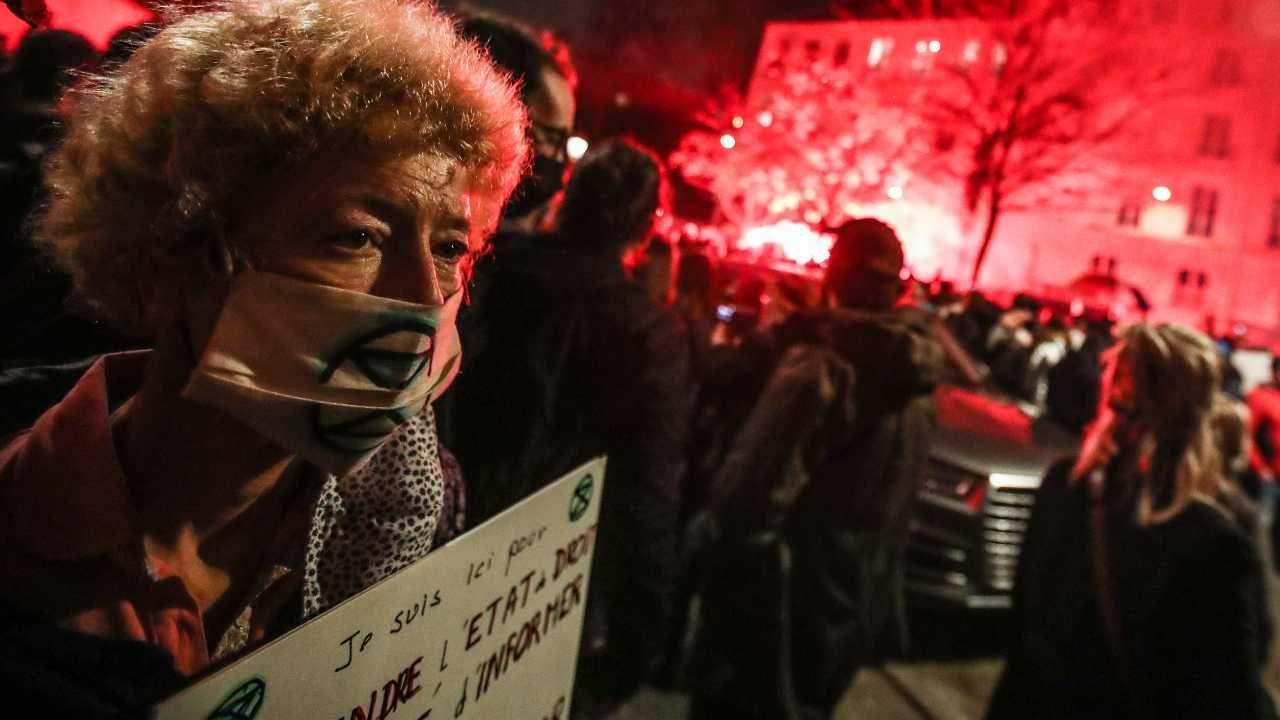 Demonstracja odbyła się między innymi w pobliżu Zgromadzenia Narodowego w Paryżu (fot. PAP/EPA/MOHAMMED BADRA)