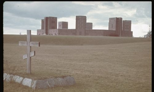 W styczniu 1945 r., gdy wojska radzieckie wkroczyły do Prus Wschodnich, Niemcy wywieźli szczątki von Hindenburgów, a kilka dni później pomnik został wysadzony w powietrze przez wycofujący się Wehrmacht. Tu: widok z fragmentem cmentarza żołnierzy rosyjskich. Fot. Hugo Jaeger/Timepix/The LIFE Picture Collection via Getty Images