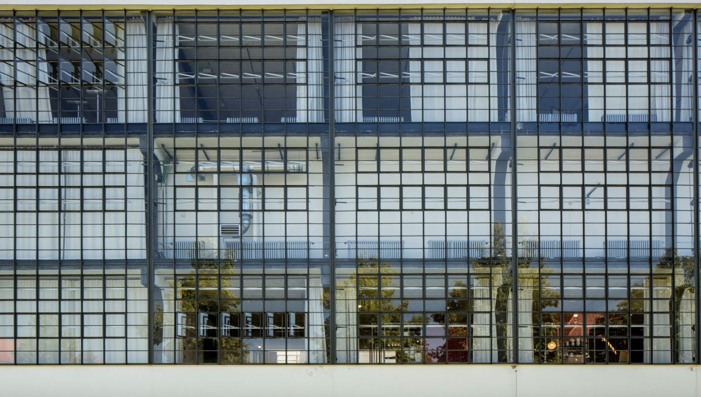 Siedziba Bauhausu w Dessingen została zaprojektowana przez Waltera Gropiusa w latach 1925-26. Fot. Alan John Ainsworth/Heritage Images/Getty Images