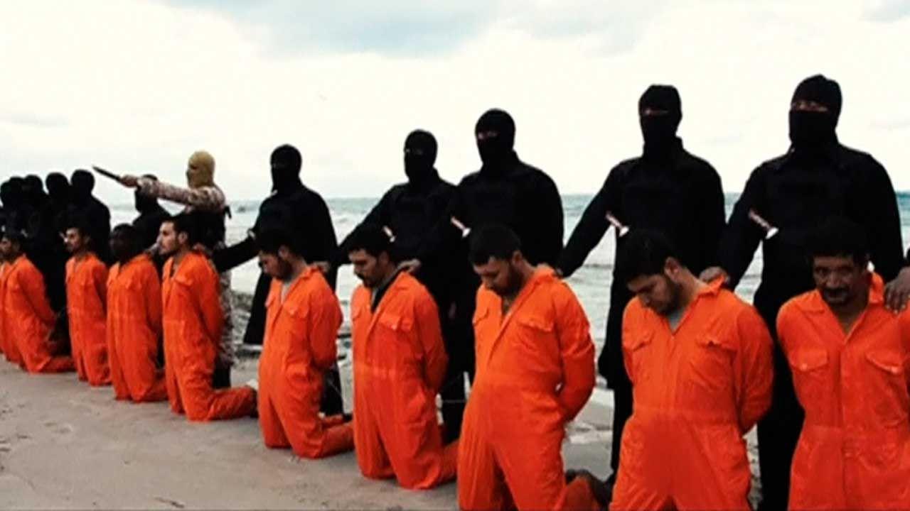 Bojownicy IS przed dokonaniem egzekucji na egipskich chrześcijanach w 2015 r. (fot. REUTERS)