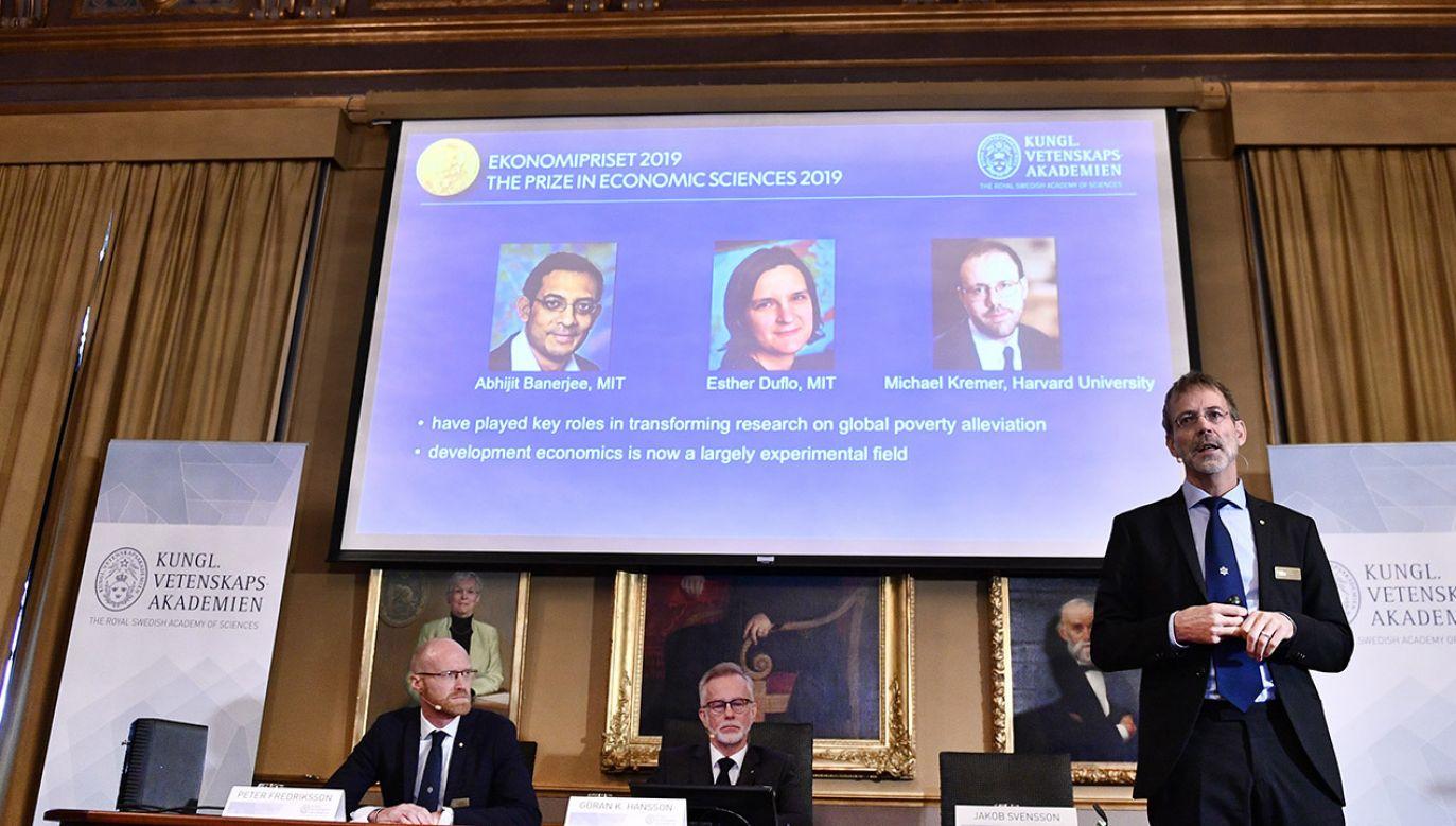 Naukowcy otrzymali nagrodę za badania nad ubóstwem (fot. PAP/EPA/Karin Wesslen)