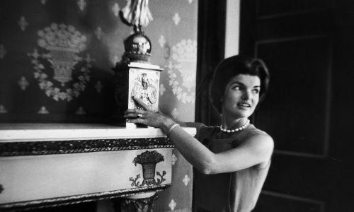 Pierwsza dama Jacqueline Kennedy pokazująca świecznik z epoki Jamesa Monroe w Białym Domu. Fot. Ed Clark / The LIFE Picture Collection via Getty Images