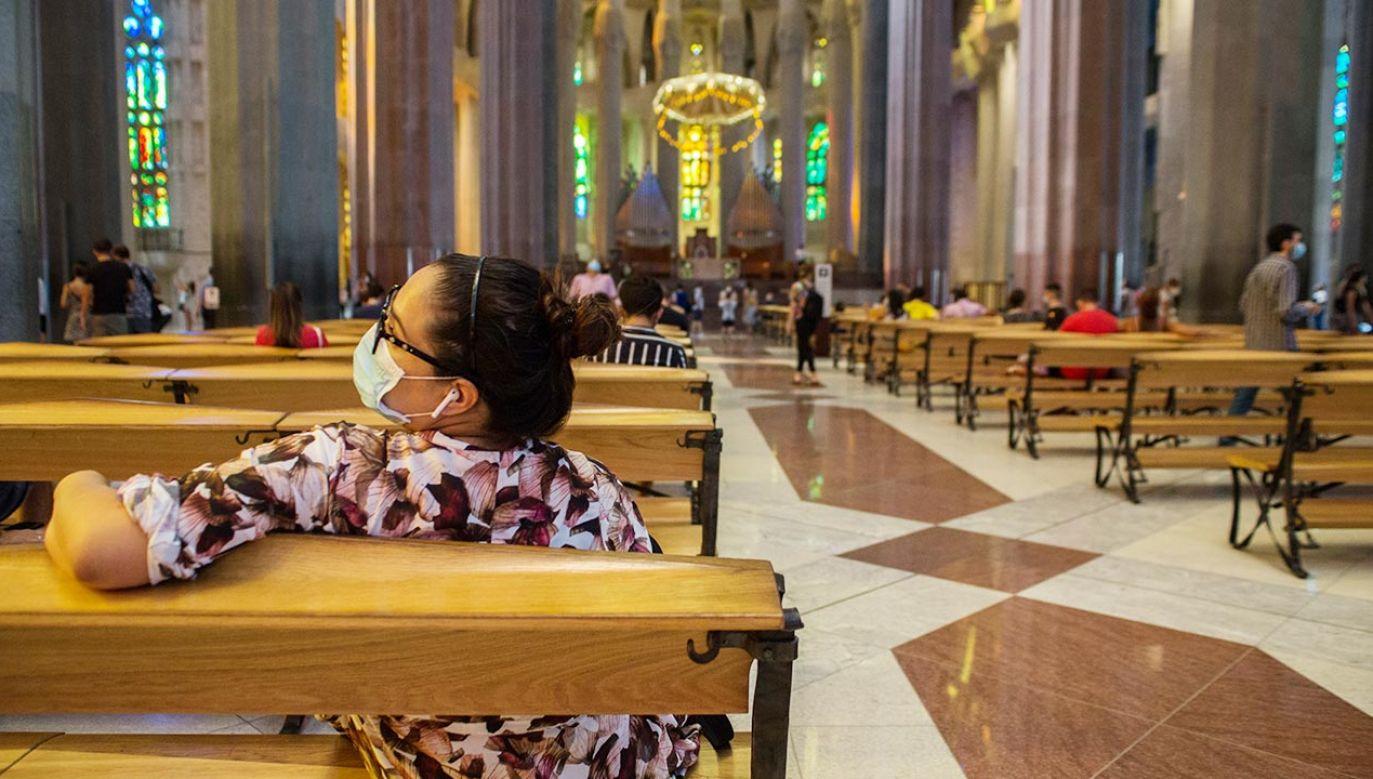 Na mszy w Sagrada Familia mogło być 10 osób. Turyści mogli zająć połowę miejsc (fot. Thiago Prudêncio/SOPA Images/LightRocket via Getty Images)