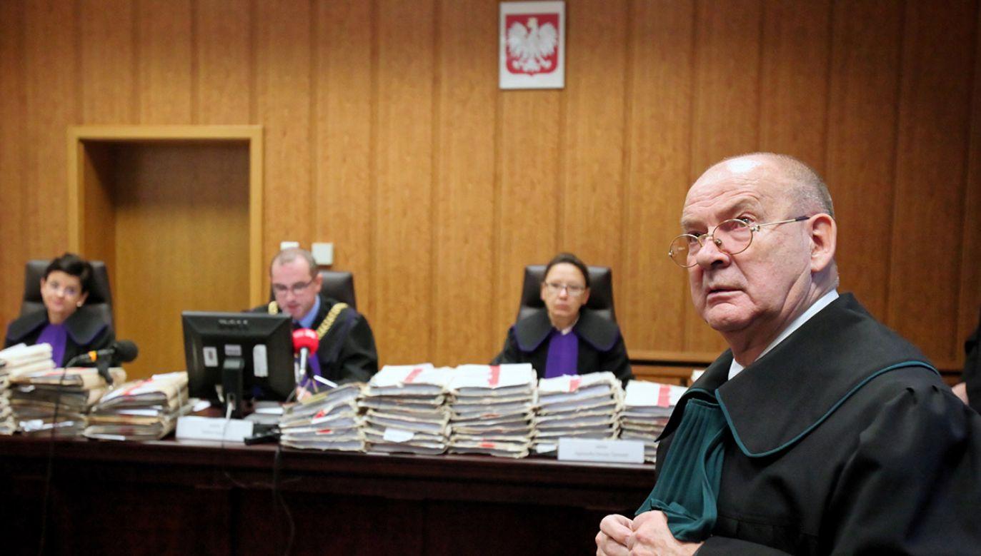 Obrońca oskarżonego Władysława C. mecenas Andrzej Różyk (P) na sali warszawskiego sądu okręgowego (fot. PAP/Mateusz Marek)
