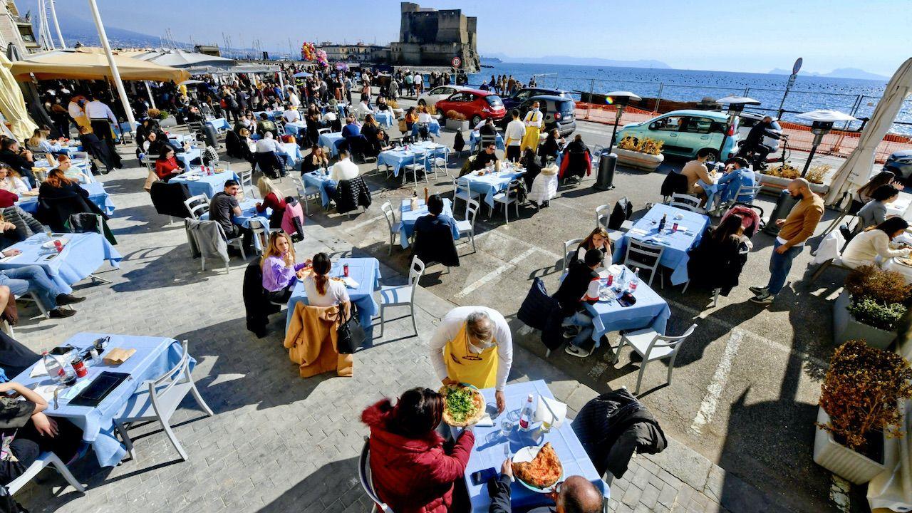 Restauracja w Neapolu (fot. PAP/EPA/CIRO FUSCO)