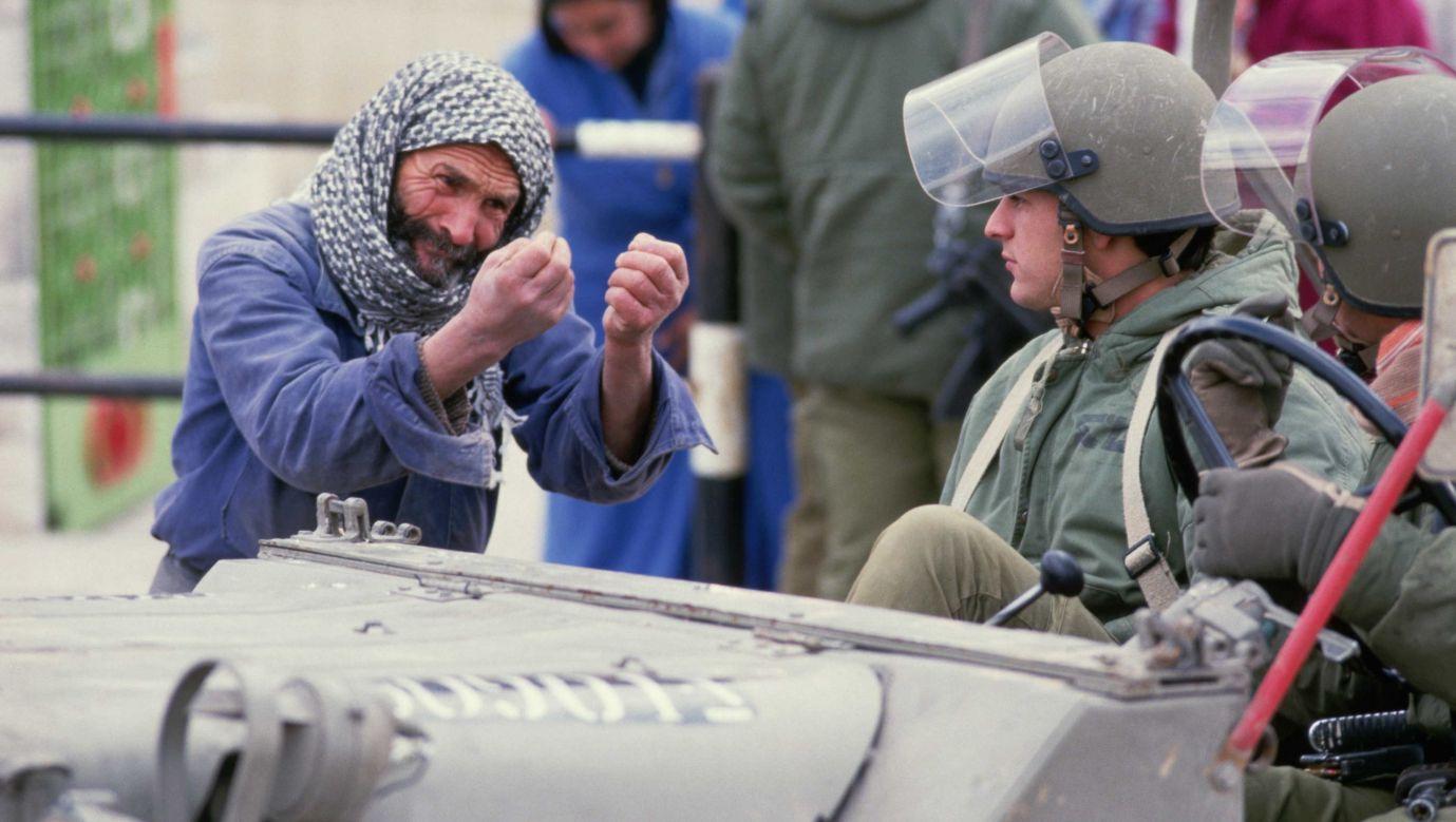 Pierwsza intifada. Spotkanie Palestyńczyka z izrealskimi żołnierzami. Fot. Peter Turnley/Corbis/VCG via Getty Images
