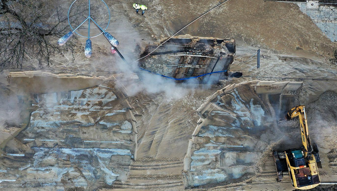 Awarii uległa jedna z dwóch magistrali dostarczająca ciepłą wodę z elektrociepłowni na Siekierkach (fot. PAP/Leszek Szymański)