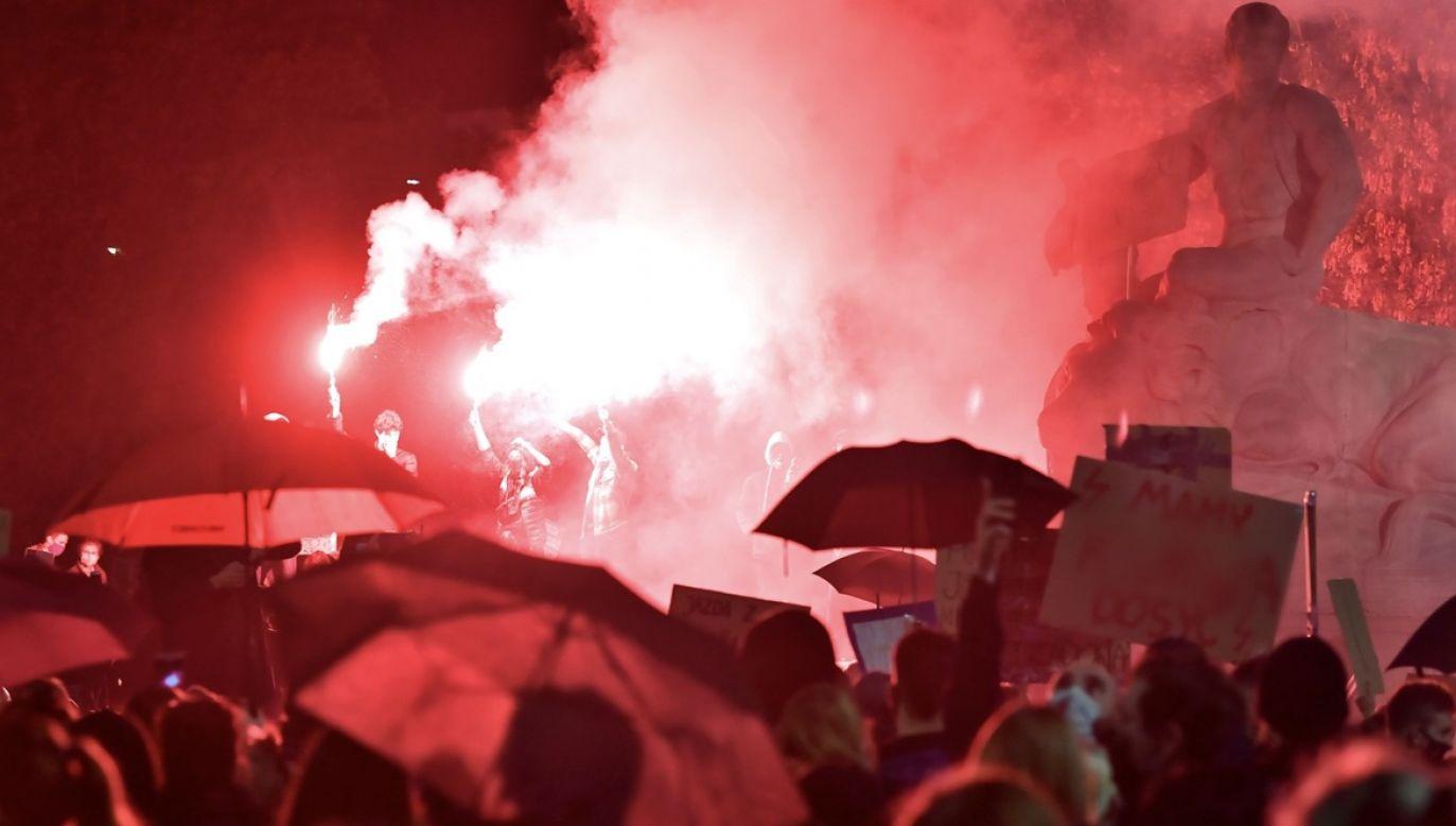 Prezes Stowarzyszenia Marsz Niepodległości Robert Bąkiewicz odnosząc się do poniedziałkowych protestów  (fot. PAP/Maciej Kulczyński)