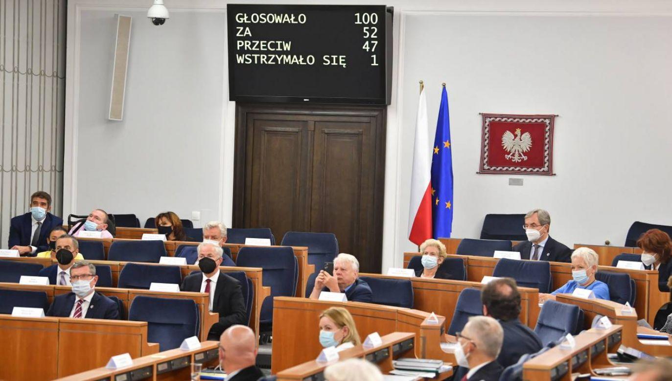 W głosowaniu poparło Nawrockiego 52 senatorów (fot. PAP/Radek Pietruszka)