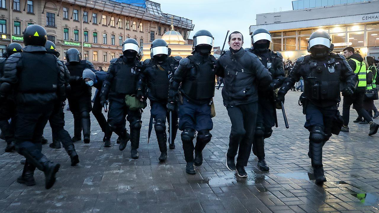 Część osób policja zatrzymała jeszcze przed początkiem akcji (fot. Alexander Demianchuk\TASS via Getty Images)