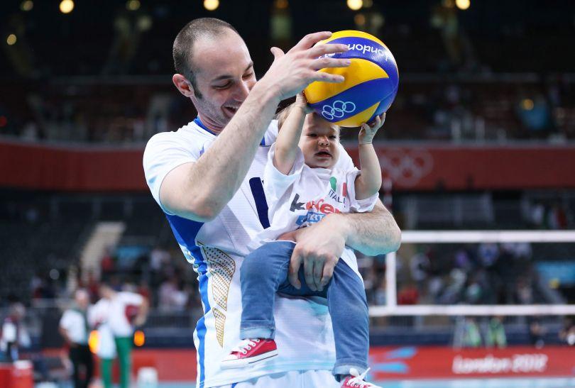 Andrea Giovi świętował z rodziną juz na boisku (fot. PAP/EPA)