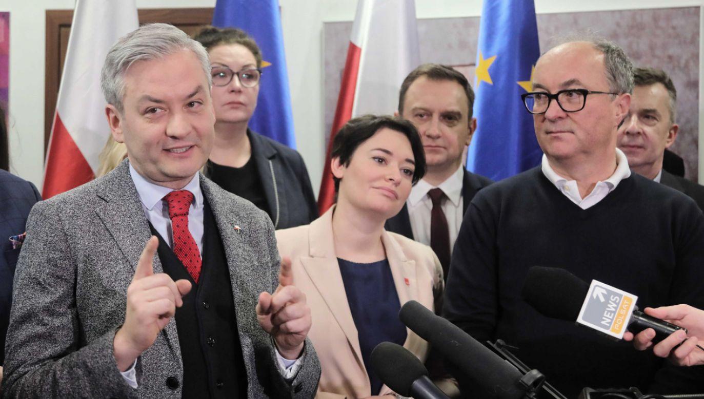 Lider Wiosny Robert Biedroń (L) został wybrany jako wspólny kandydat Lewicy na prezydenta (fot. PAP/Wojciech Olkuśnik)
