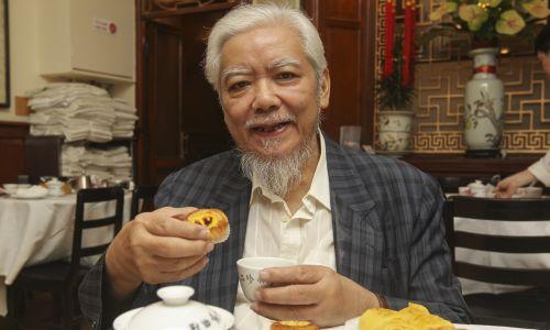 "William Mark Yiu-tong mówi o brytyjskim wpływie na kuchnię Hongkongu w ""Luk Yu Tea House"", 2013 r. Ffot. K. Y. Cheng / South China Morning Post via Getty Images"