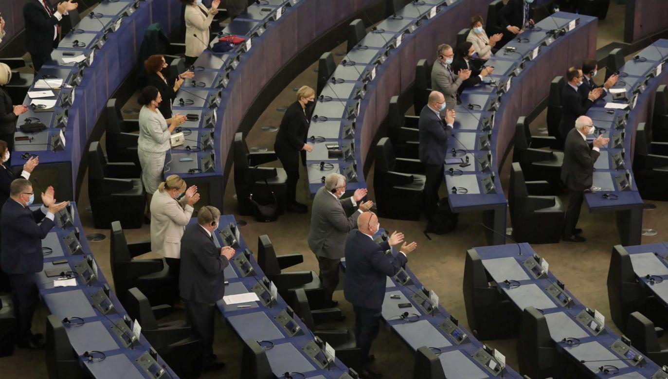 Europosłowie podczas posiedzenia PE w Strasburgu (fot. PAP/Albert Zawada)