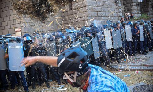 Najgoręcej jest przed instytucjami rządowymi. Fot. EPA/Borislav Troshev