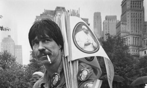 Amerykanin sprzedający w Central Parku w Nowym Jorku pamiątki z pielgrzymki Jana Pawła II do USa w