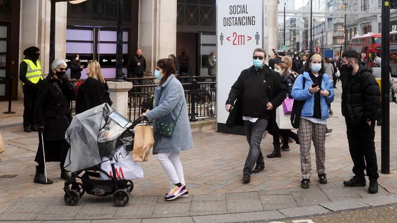 Wielka Brytania nie może sobie na razie poradzić z nową mutacją koronawirusa (fot. PAP/EPA/FACUNDO ARRIZABALAGA)