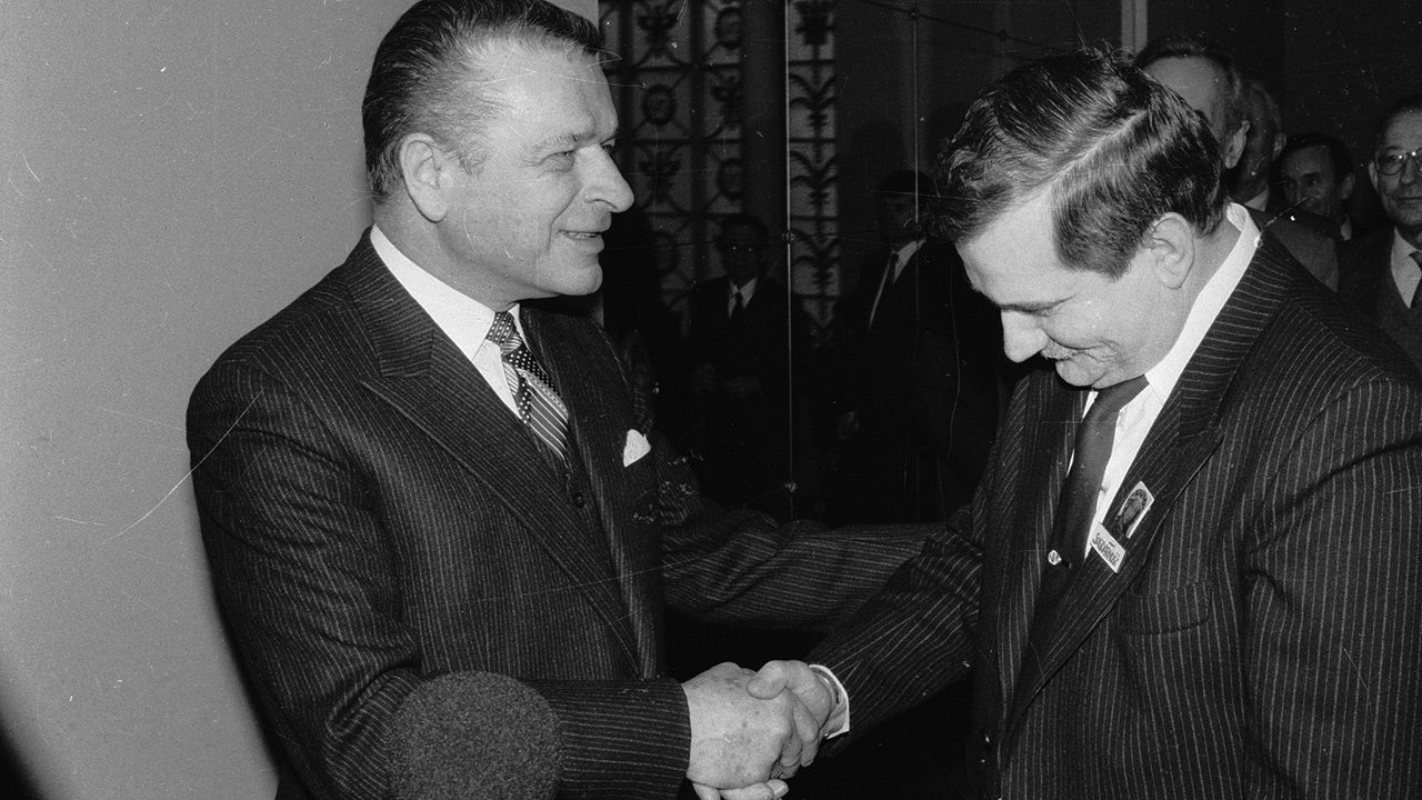 Lech Wałęsa z Czesławem Kiszczkiem (fot. arch.PAP/CAF/Damazy Kwiatkowski)