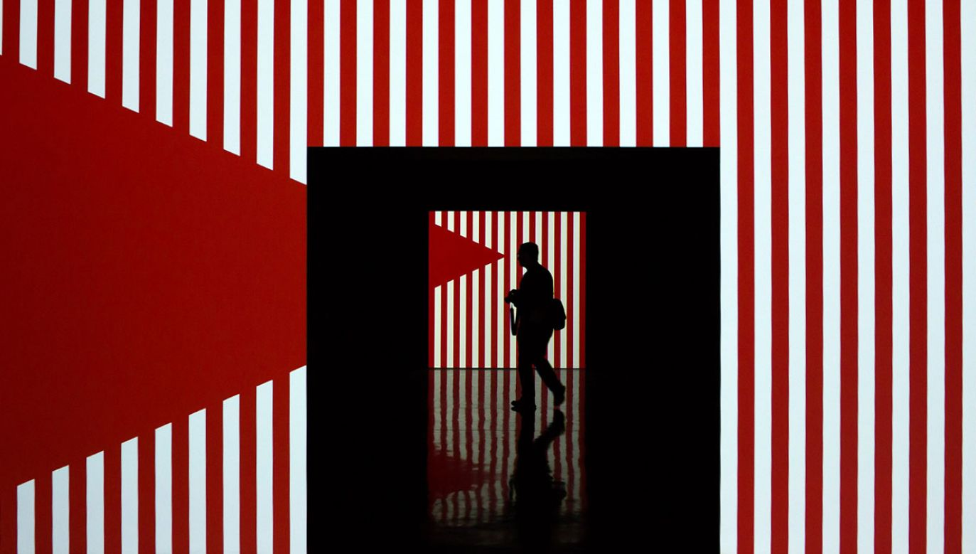 """Wystawa francuskiego artysty konceptualnego Daniela Burena podczas wystawy """"Daniel Buren. Projekcje""""  w Maladze (fot. arch.PAP/EPA/Carlos Diaz)"""