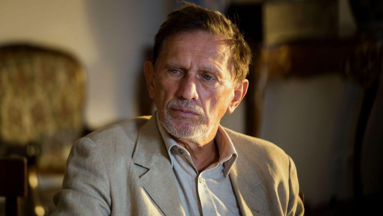 """Ostatnią wielką realizacją Jana Englerta było """"Lato"""" Rittnera, do którego napisał scenariusz, wyreżyserował i zagrał rolę Doktora (fot. TVP)"""