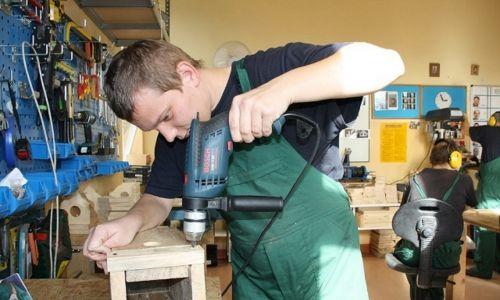 – Maszyny są bezpieczne, ale uczestnicy nigdy nie pracują w stolarni sami – mówi Roman Piela. Fot. Stowarzyszenie SPES