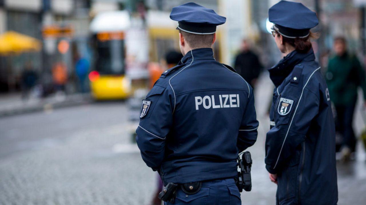 Policja zatrzymała niebezpiecznego nielegalnego imigranta, a potem go wypuściła (fot. Carsten Koall/Getty Images)