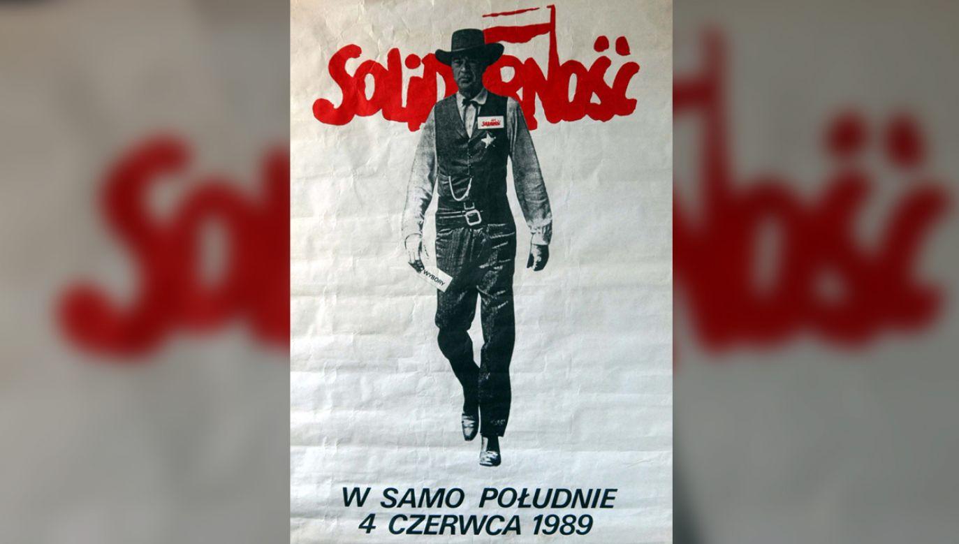 Tomasz Sarnecki, autor grafiki, nawiązał do słynnego westernu z Garym Cooperem w roli głównej (fot. arch. PAP/Szymon Pulcyn)
