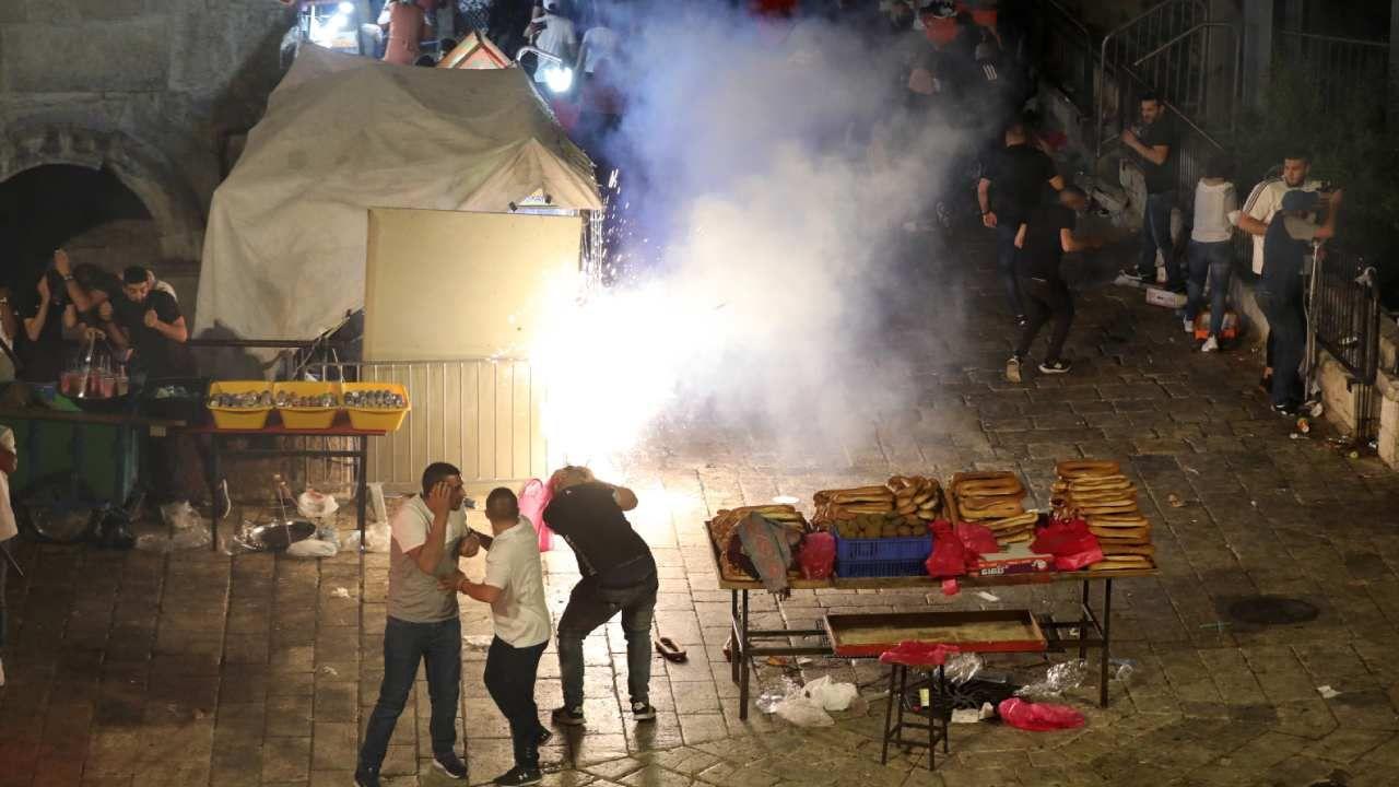 Izraelskie siły bezpieczeństwa użyły granatów ogłuszających, gumowych kul, a także armatki wodnej  (fot. PAP/EPA/ABIR SULTAN)