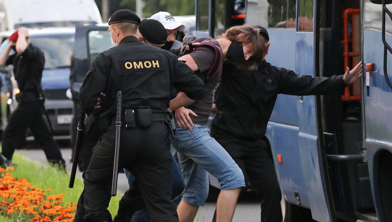 O godz. 19 zamknięto okoliczne ulice i siły specjalne milicji zaczęły zatrzymywać ludzi (fot. PAP/EPA/TATYANA ZENKOVICH)