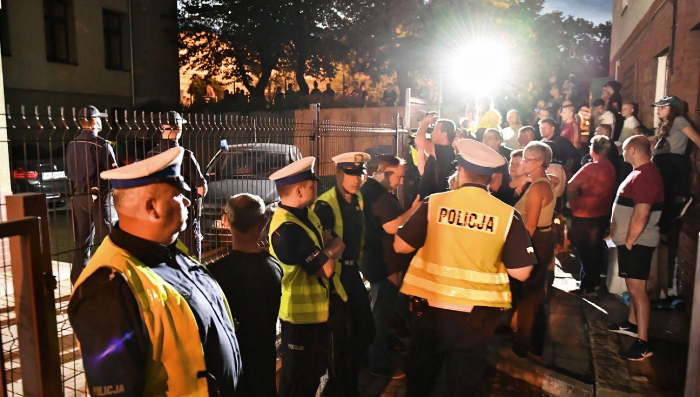 Ludzie zgromadzeni przed prokuraturą w Świdnicy, gdzie 16 czerwca odbyło się przesłuchanie mężczyzny zatrzymanego ws. zabójstwa dziewczynki (fot. arch.PAP/Maciej Kulczyński)