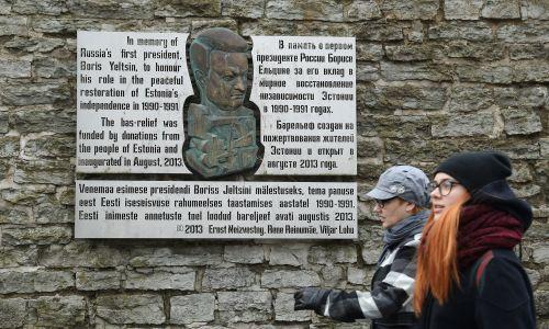 Tablica na ulicy Tallina honorująca byłego rosyjskiego prezydenta Borisa Jelcyna za rolę, jaką odegrał w przywracaniu Estonia niezależność od Sowietów. Fot. Sean Gallup / Getty Images