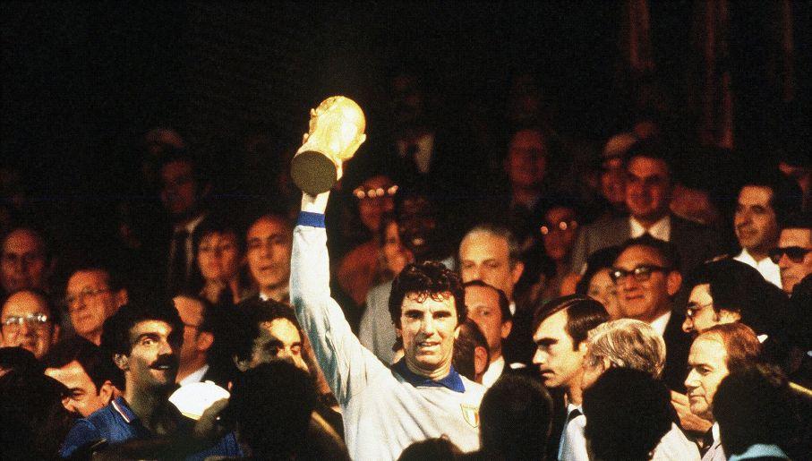 Dino Zoff z Pucharem Świata (fot. Getty Images)
