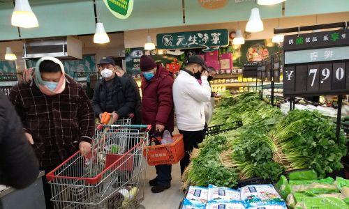 Ludzie wychodzą na zakupy przeważnie do południa, gdy jest największy wybór jarzyn i owoców.  Fot. cnsphoto via REUTERS