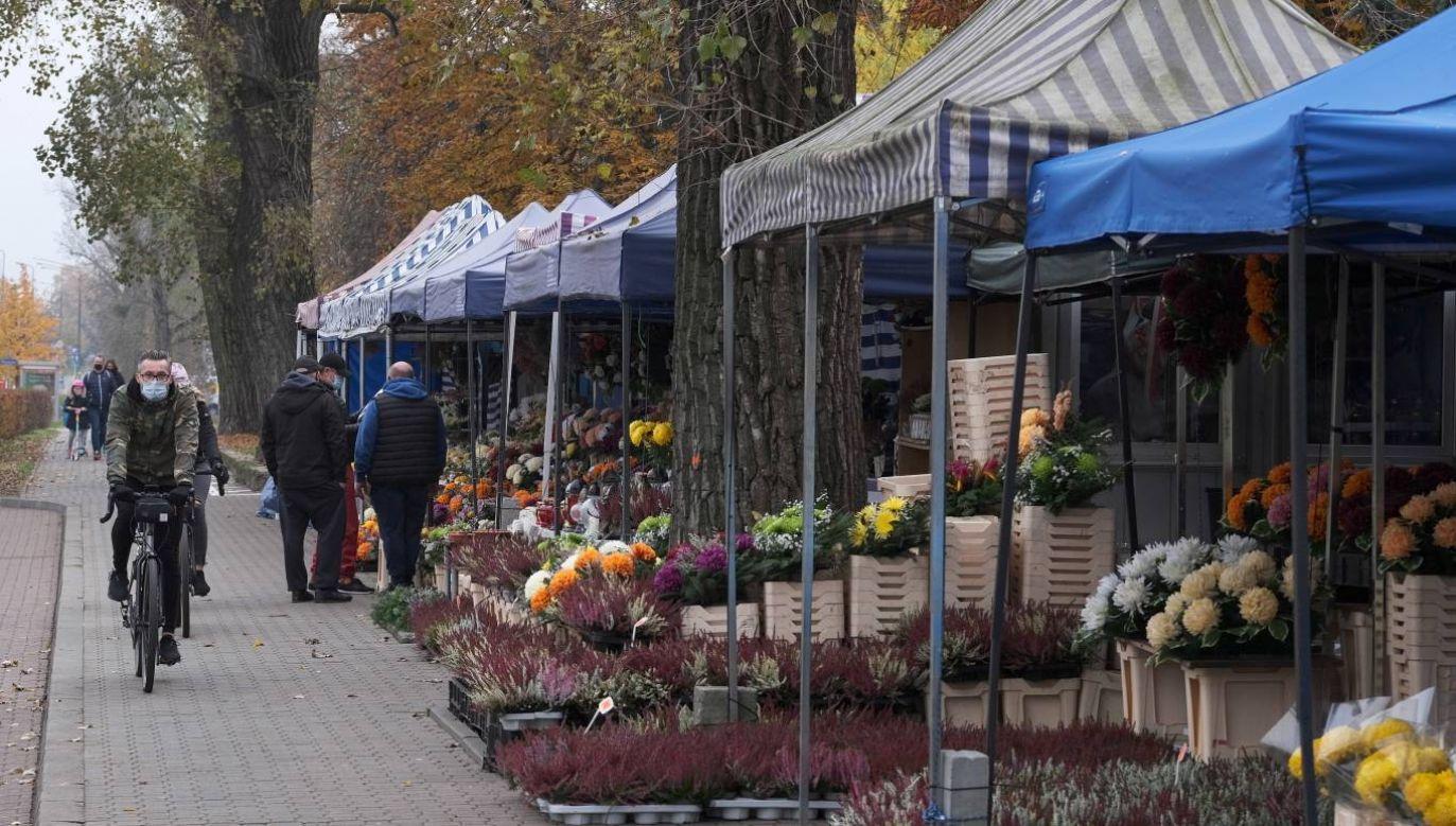 W dniach 31 października, oraz 1 i 2 listopada cmentarze będą zamknięte (fot. PAP/Mateusz Marek)