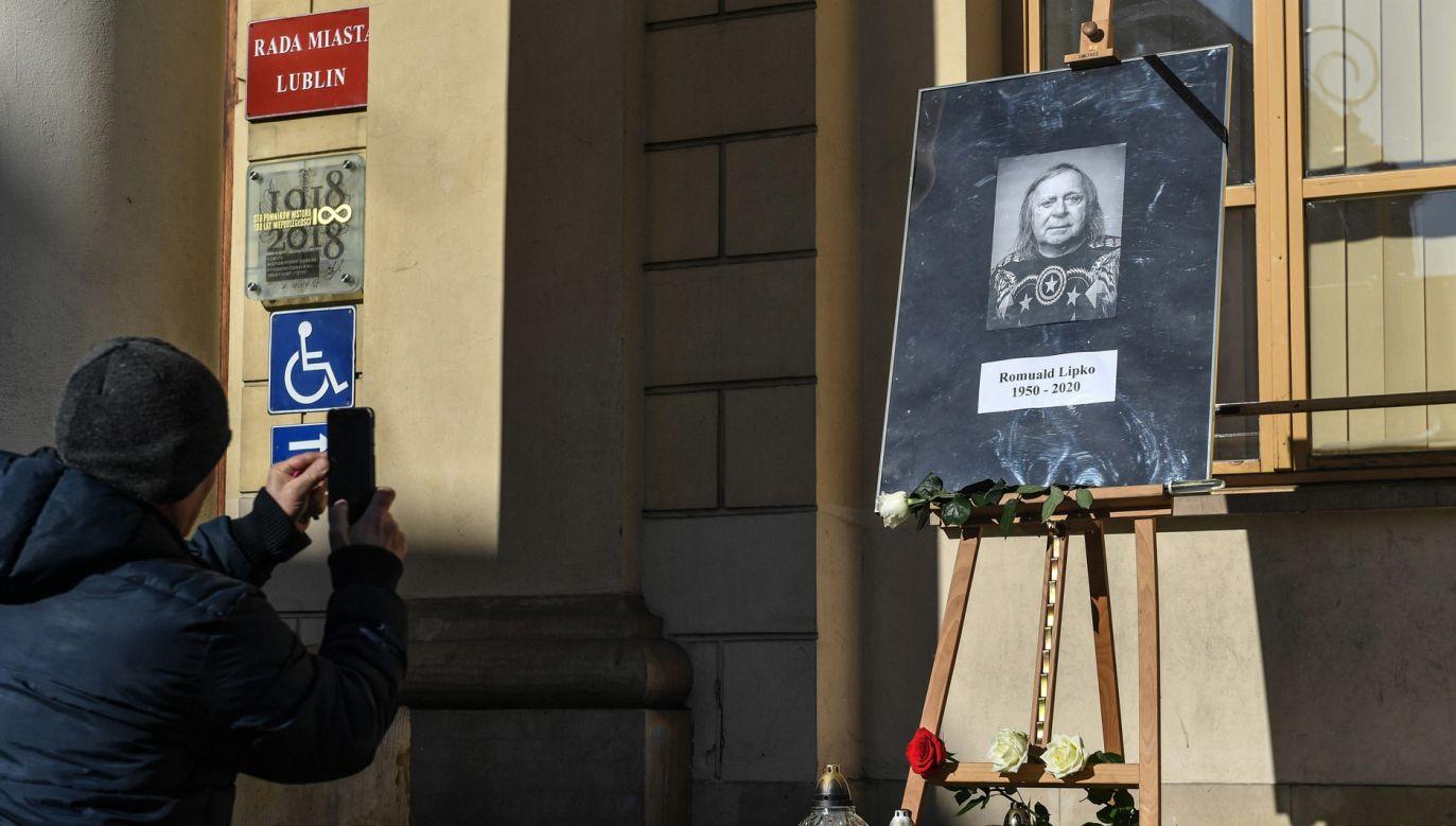 W Lublinie przed ratuszem ustawiono pamiątkowe zdjęcie zmarłego Romualda Lipko (fot. PAP/Wojtek Jargiło)