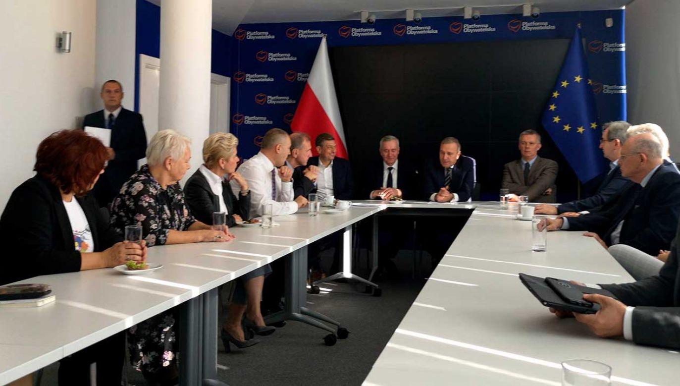 W siedzibie PO odbyło się spotkanie z nowymi senatorami Koalicji Obywatelskiej. Opozycja obawia się transferów do PiS-u (fot. FB/Adam Szejnfeld)
